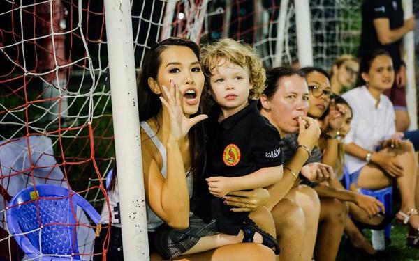 Hà Anh có chồng đam mê bóng đá nên cô thường xuyên đi cổ vũ.