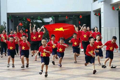 Cô trò trường Tiểu học Nguyễn Văn Trỗi vui mừng sau chiến thắng của U23 Việt Nam trước Qatar chiều 23/1. Ảnh: Tiểu học Nguyễn Văn Trỗi.