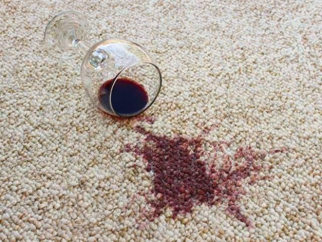 Không nên lau vết bẩn trên thảm bằng khăn giấy.
