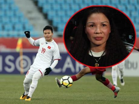 Cầu thủ Quang Hải và mẹ