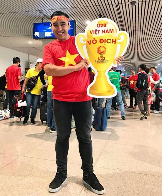 MC Quyền Linh cũng gấp rút xin visa để kịp bay vào sáng sớm hôm nay. Anh còn mang hình chiếc cup có dòng chữ U23 Việt Nam vô địch, thể hiện sự tin tưởng tuyệt đối vào chiến thắng của đội tuyển.