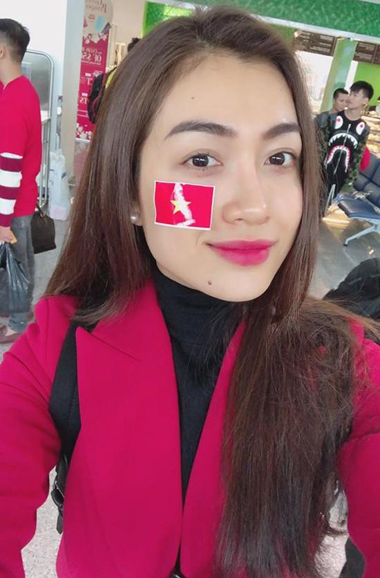 Á hậu Lệ Hằng cũng không bỏ lỡ cơ hội bay sang Thường Châu để cổ vũ cho đội tuyển U23 Việt Nam.