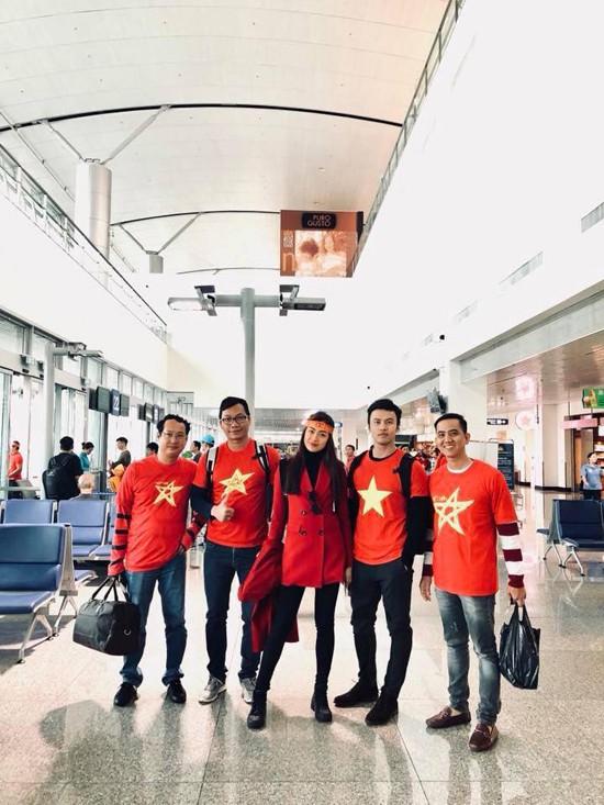 Cô đi cùng một nhóm bạn, trong đó có doanh nhân Lê Đăng Khoa (thứ hai từ phải sang) của chương trình Thương hiệu bạc tỷ.