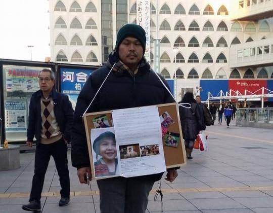 Gia đình bé Nhật Linh xin chữ ký đòi công lý cho con gái