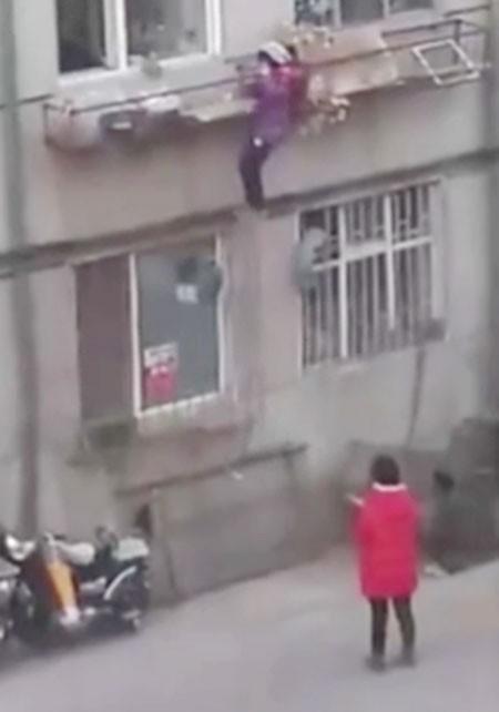 Mẹ bắt con gái tay không trèo lên tầng hai vì quên chìa khóa