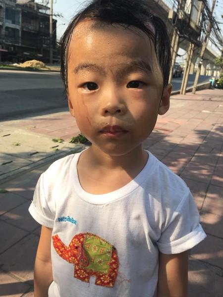 Khuôn mặt lấm lem, mướt mồ hôi của cậu bé sau khi đi đoạn đường xa để nhặt rác.