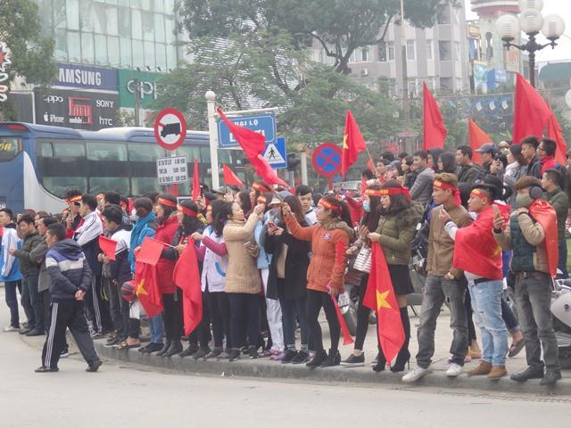 Dòng người xếp hàng đón 3 tuyển thủ tại đại lộ Lê Lợi