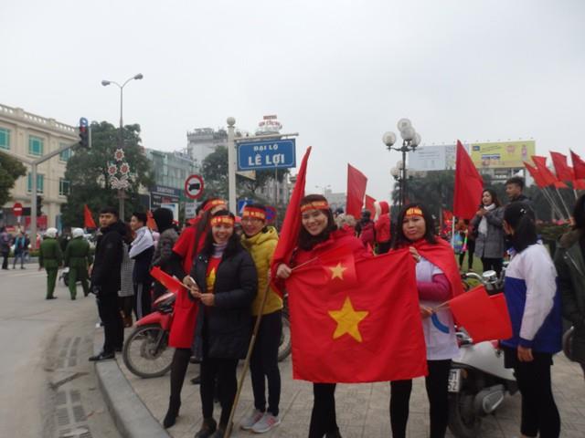 Băng rôn, cờ đỏ tràn ngập đường phố