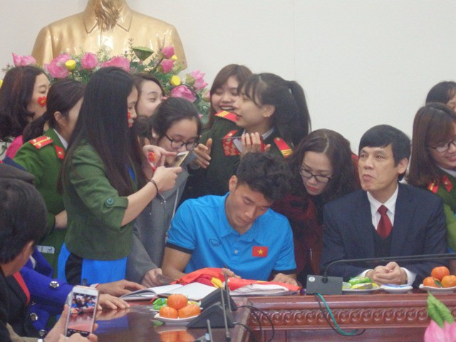 Vừa vào tới hội trường UBND tỉnh, rất đông người đã vây quanh các tuyển thủ xin chữ ký