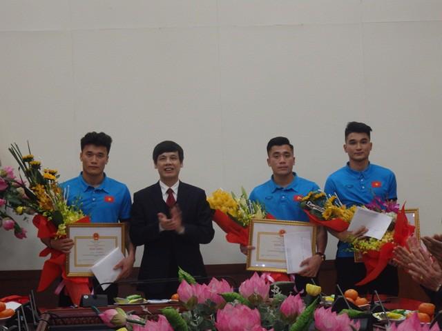 Chủ tịch UBND tỉnh Thanh Hóa Nguyễn Đình Xứng tặng Bằng khen cho 3 cầu thủ