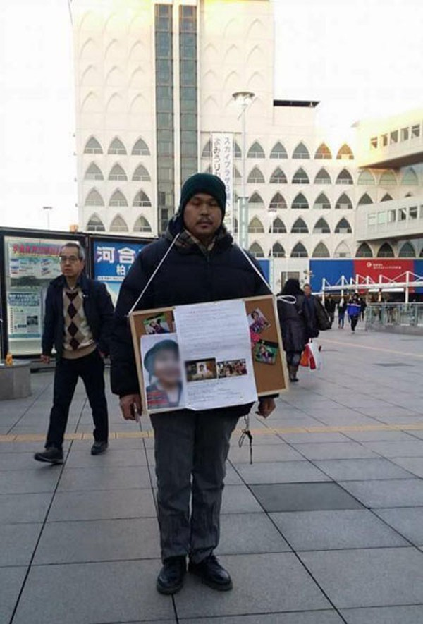 Bố bé Nhật Linh đi xin chữ ký người dân Nhật để đòi công bằng cho em.