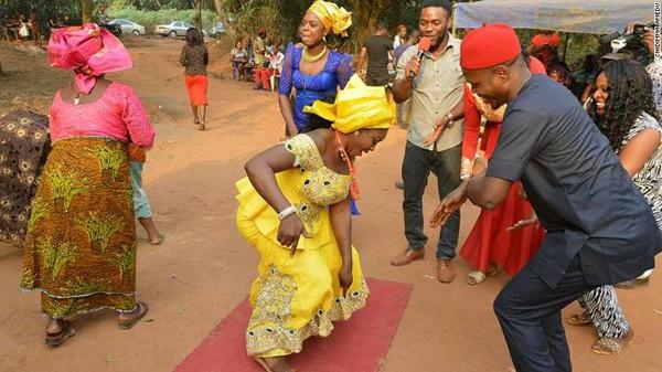 Chidimma Amedu và vợ trong đám cưới hôm 6/1. Ảnh: CNN