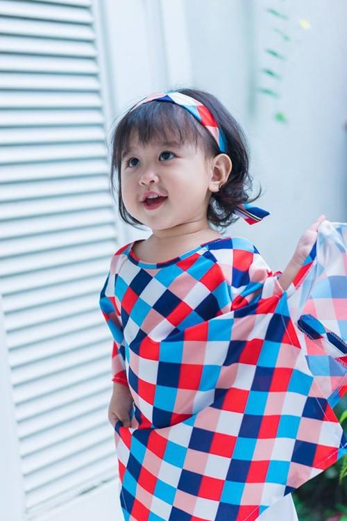 Mẹ 9X Sóc Trăng tự may hàng chục chiếc áo dài cho con gái diện Tết