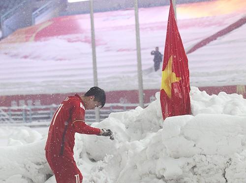 Duy Mạnh lý giải hành động cắm cờ tổ quốc trên sân Thường Châu