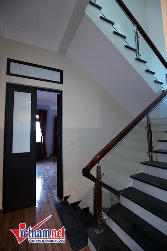 Sảnh hành lang tầng 2 và cầu thang dẫn lên tầng 3 của căn nhà ngập tràn ánh sáng.