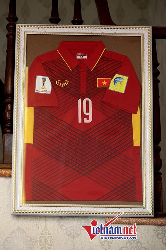 Chiếc áo số 19, tiền vệ Quang Hải mặc khi tham gia đội tuyển quốc gia.