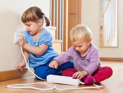 Bố mẹ cần luôn để ý tới con, không cho con lại gần ổ điện, rút hết nguồn cắm điện, bịt băng dính vào các ổ điện. Ảnh minh họa.