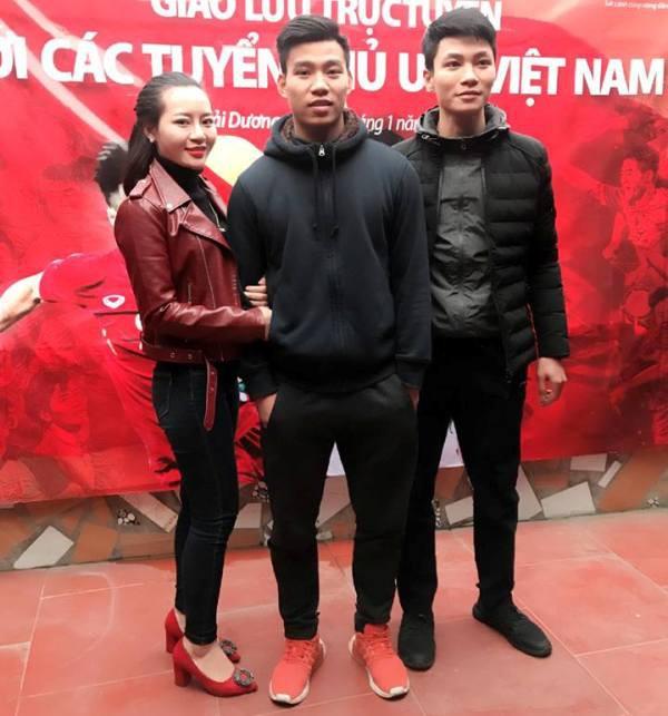 Cầu thủ Vũ Văn Thanh bên người hâm mộ. Ảnh: