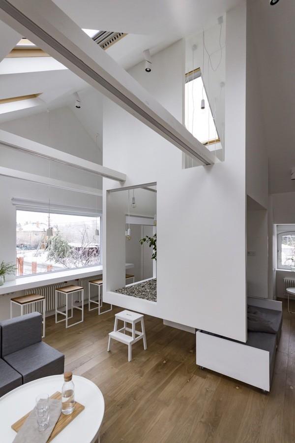 Các kiến trúc sư đã tạo ra một không gian đa chức năng. Đây là nơi để gia chủ có thể nghỉ ngơi, thư giãn một mình, cũng là phòng để tiếp khách hay là nơi sinh hoạt cho cả gia đình.