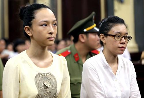 Phương Nga và Thuỳ Dung tại tòa hồi năm ngoái. Ảnh: Quỳnh Trần.