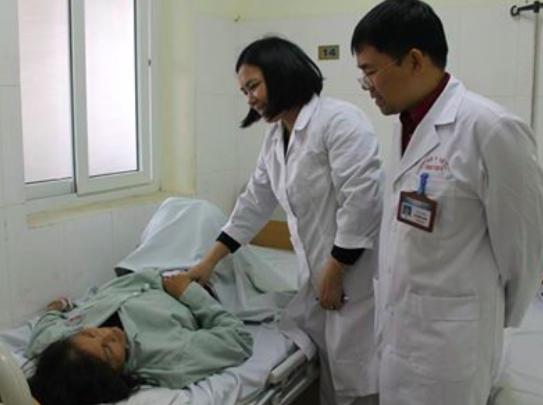 Thăm khám cho bệnh nhân S sau khi bác sĩ Bệnh viện E phẫu thuật lấy khối bã thức ăn do hồng ngâm (ảnh do bệnh viện cung cấp).