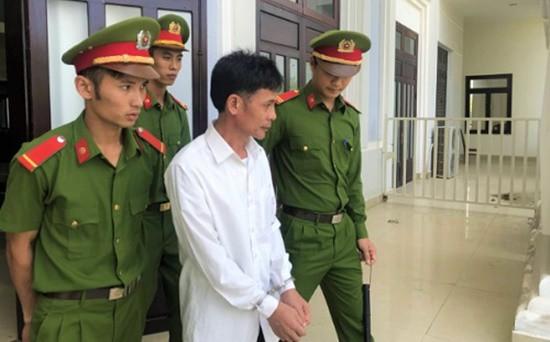 Bị cáo Sơn được dẫn giải sau phiên tòa