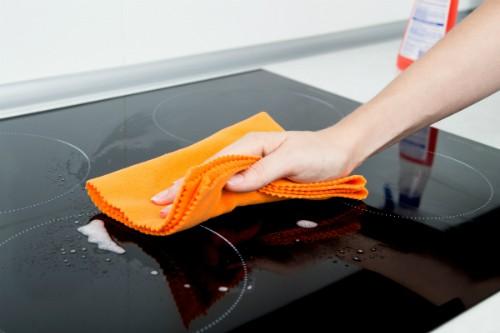 Nên lau mặt bếp từ bằng khăn mềm, với sản phẩm chuyên dụng. Ảnh: Induction Cooktop.