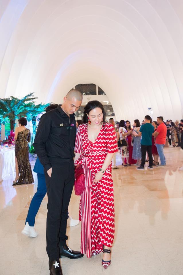 Được biết, Phượng Chanel là một doanh nhân giàu có được rất nhiều nghệ sĩ nổi tiếng trong giới showbiz nể trọng. Cô nhiều hơn Quách Ngọc Ngoan 7 tuổi.