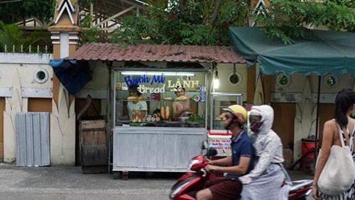 Bánh mì Lành là một gian hàng khá nhỏ gần chùa Nam Quang. Ảnh: CNN.