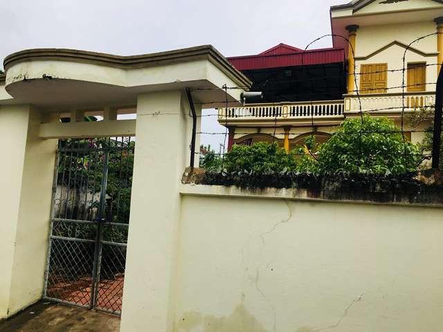 Ngôi nhà của gia đình ông Hòa nằm cạnh một con sông.
