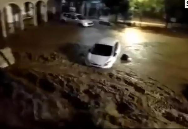 Đường phố biến thành sông.