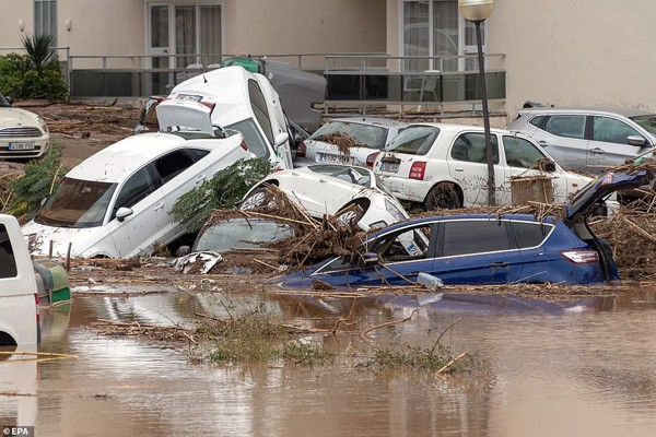 Khắp nơi đều là những cảnh tượng khiến nhiều người hoang mang về sự khủng khiếp của trận lũ quét.