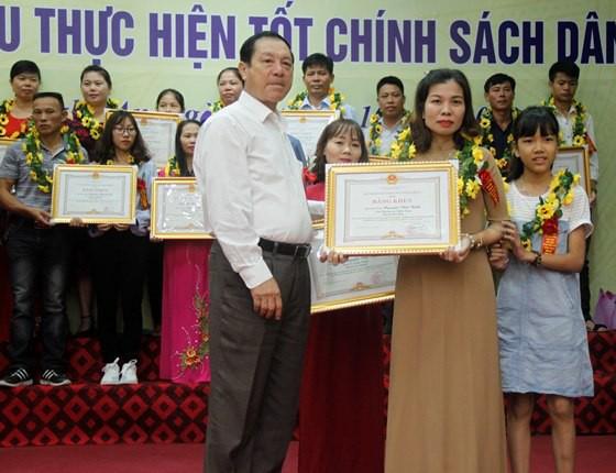 Ông Lê Minh Thông - Phó chủ tịch UBND tỉnh Nghệ An tặng Bằng khen cho các gia đình thực hiện tốt chính sách dân số.