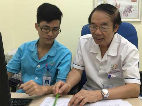 Bác sĩ Nguyễn Khắc lợi - Giám đốc BV Nam học và Hiếm muộn (bên phải) và nhân viên bệnh viện. Ảnh Nhật Hạ