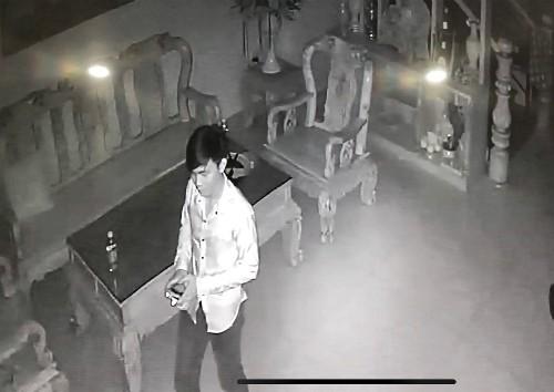 Camera nhà chị Tuyết ghi nhận tên trộm vào nhà chị 4 lần, lần nào cũng cầm dao, tô-vít đi qua lại tìm đồ, sau đó đi vào bếp. Ảnh: NVCC.