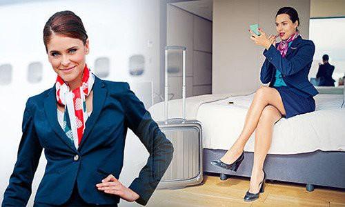 Một tiếp viên hàng không Mỹ cho biết cho biết nhân viên càng lâu năm càng mặc váy ngắn (Ảnh minh họa)
