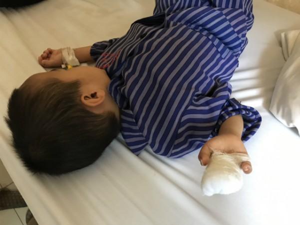 Bé trai đang được điều trị tại bệnh viện. Ảnh: Bệnh viện cung cấp.