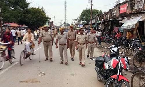 Cảnh sát đi tuần ở làng Chapraula, ngoại ô thủ đô New Delhi. Ảnh: NDTV