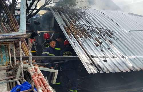 Lính cứu hỏa dập lửa bên trong nhà ông Lê Cẩm Chính. Ảnh: Võ Thạnh