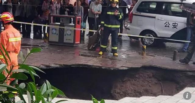 Hố tử thần nuốt chửng 4 người đi bộ.