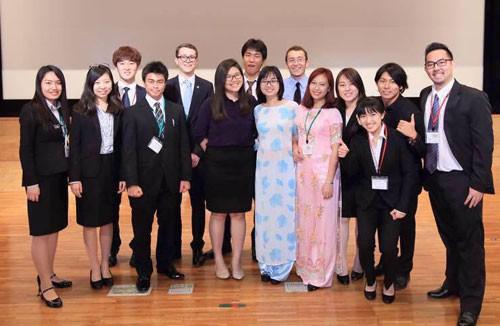 Thùy Dung (áo dài hồng) tại Hội nghị sinh viên quốc tế ISS ở Đại học Nông nghiệp Tokyo (Nhật Bản) năm 2016. Ảnh: NVCC.