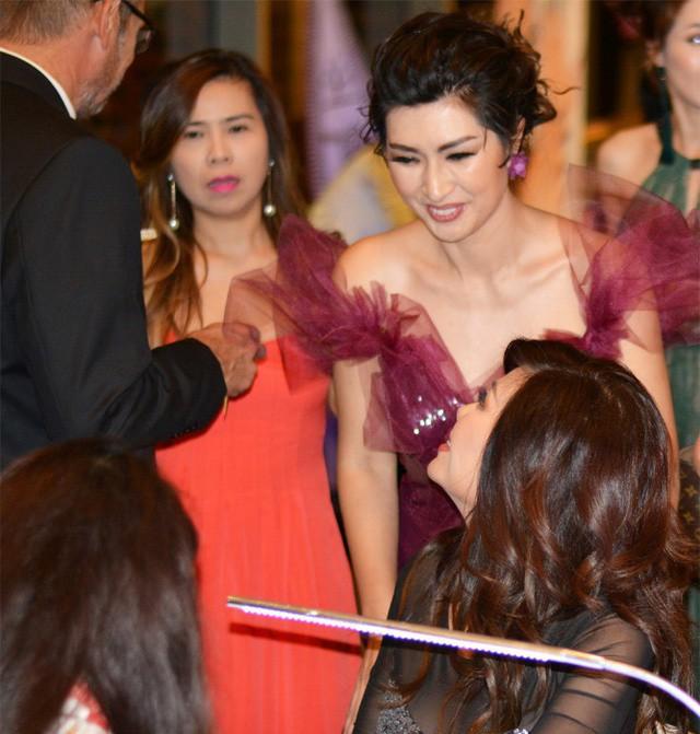Ngọc Anh thăm hỏi bạn thân Nguyễn Hồng Nhung. Hồng Nhung chính là em dâu cũ của Trizzie Phương Trinh.