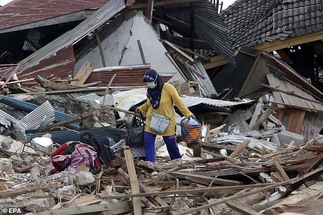 Nhiều người mẹ vẫn quyết tâm đi tìm con cái sau trận thiên tai khủng khiếp.