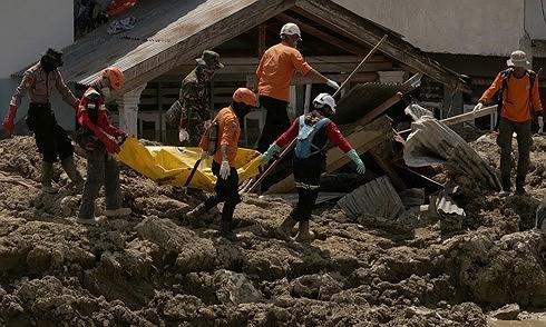 Indonesia kéo dài thời gian tìm kiếm nạn nhân động đất. (Ảnh: Guardian)