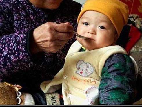 Vì thiếu hiểu biết, chế độ ăn hằng ngày đã khiến dạ dày bé bị tổn thương