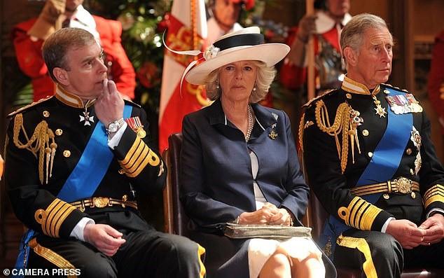 Bà Camilla được cho là có mối quan hệ căng thẳng với em trai chồng.