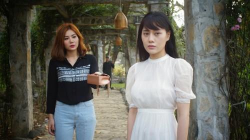Thanh Hương (trái) và Phương Oanh trong phim.