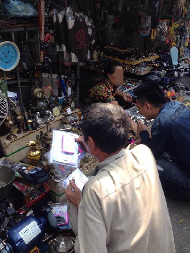 """Đến chợ Giời, khách hàng sẽ tìm thấy được các sản phấm rất phong phú đa dạng, từ đồ """"hiếm có khó tìm"""" cho đến các vật dụng sinh hoạt thường ngày trong cuộc sống. Ảnh: N.Hiếu"""