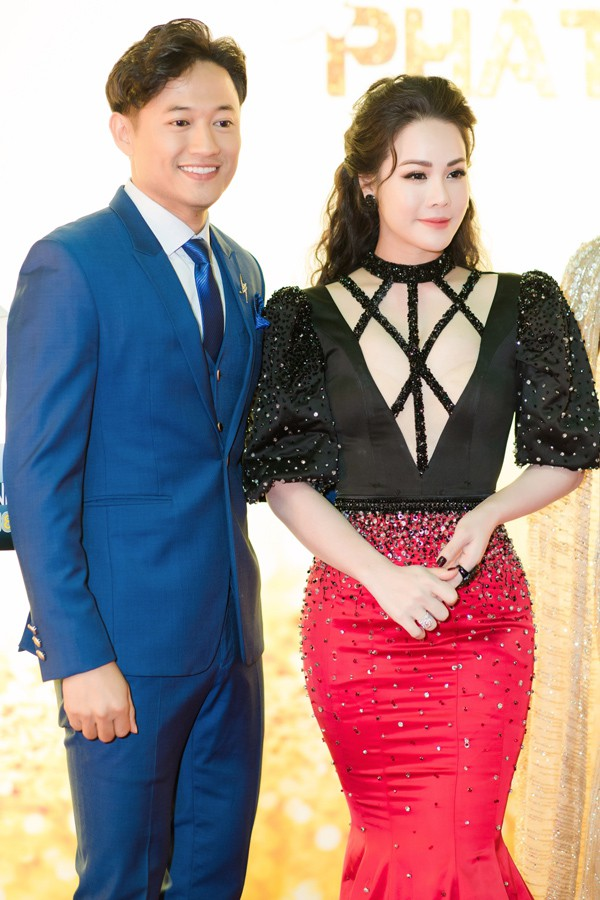 Nhật Kim Anh chi tiền tỷ bao trọn một khu resort để tổ chức tiệc tri ân khách hàng ở Mũi Né, Phan Thiết. Cô mời diễn viên Quý Bình tới chung vui.