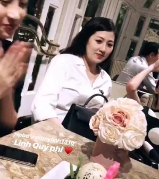 Á hậu Tú Anh tăng cân thấy rõ trong bức ảnh được ghi lại bằng camera thường tại tiệc sinh nhật của Hoa hậu Đỗ Mỹ Linh.